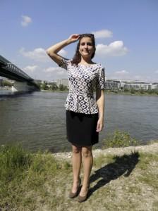 Letná vzorovaná blúzka za 23€ + Čierna sukňa za 19€