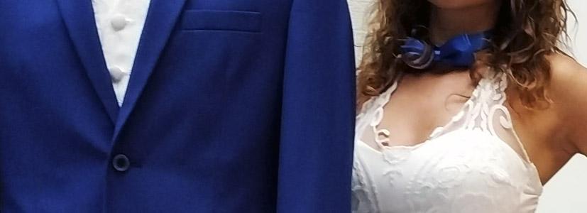spoločenský modrý oblek JARA fashion ladí s doplnkami partnerky